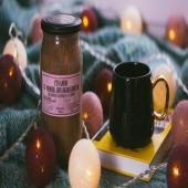 Zima to czas, w którym z pewnością częściej sięgamy po herbatkę, która nas rozgrzeje. Przychodzimy dziś do Was z przepisem na taką, którą koniecznie trzeba spróbować: Potrzebujecie: ✅1 torebka czarnej herbaty ✅1 pomarańcza ✅garść świeżej żurawiny ✅1 łyżeczka miodu z cynamonem ✅cieniutki plasterek imbiru ✅gwiazdka anyżu lub goździki Jak przygotować❓ Zagotuj wodę i zaparz herbatę, zalewając torebkę czarnej herbaty wrzątkiem. Po zaparzeniu wyjmij woreczek. Pomarańczę sparz wrzątkiem i dobrze wyszoruj skórkę. Pół pomarańczy przekrój na pół i pokrój w plasterki. Z drugiej połówki wyciśnij sok i wlej do herbaty. Następnie dodaj obrany imbir, plasterek pomarańczy, anyż/goździki, żurawinę. Na koniec do nieco już chłodniejszej herbaty dodaj nierozgrzewany miód z cynamonem. Życzymy smacznego❗ - - - - - - #pasiekazpasją #tea #hottea #nierozgrzewane #honey #honeytea #hawran #zimno #zima #herbata #kubek #kubekherbaty